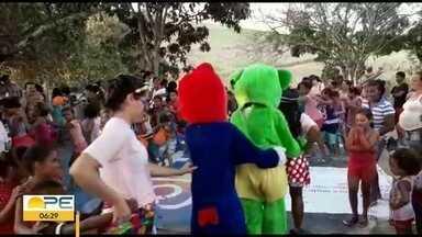 Mais de mil crianças carentes ganham festa de Dia das Crianças em PE - Evento foi realizado por grupo de voluntárias do Ministério Cuidar. Grupo continua arrecadando brinquedos e alimentos.
