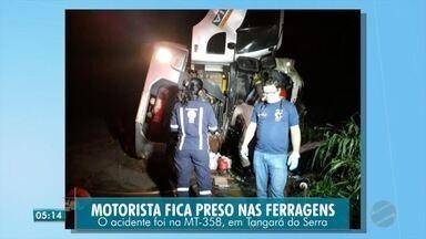 Motorista fica preso nas ferragens em acidente na MT-358 - Motorista fica preso nas ferragens em acidente na MT-358