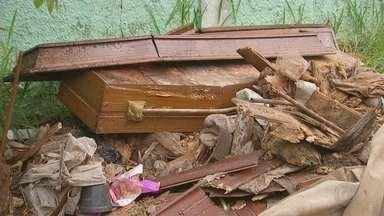 Moradores reclamam da situação de cemitério em Boituva - Parte do muro do cemitério em Boituva caiu com a chuva, há muita sujeira e até caixões foram encontrados em um dos corredores do cemitério.
