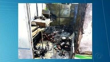 Corpo de Bombeiros orienta donos de lanchonetes e food trucks sobre como evitar incêndios - Um trailer de lanches foi completamente destruído em um incêndio em Delmiro Gouveia em 15 de outubro. Bombeiros acreditam que o fogo começou com um curto circuito.