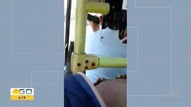 Motorista de ônibus é filmado usando celular ao volante, em Goiânia - Outros flagrantes mostram motoristas estacionados sobre a calçada.