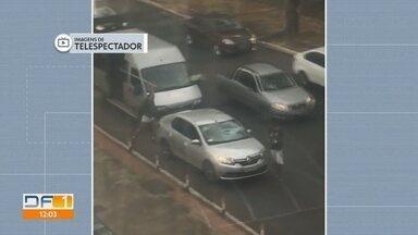 Motorista depreda carro em briga de trânsito na W3 Norte - Vídeo mostra homem atingindo a traseira do carro e fugindo em van, na altura da quadra 504.