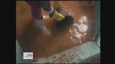 Chuva forte alaga ruas e casas no Oeste catarinense - Chuva forte alaga ruas e casas no Oeste catarinense