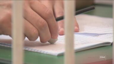 Presos recebem a oportunidade de estudar em unidades prisionais de SC - Presos recebem a oportunidade de estudar em unidades prisionais de SC