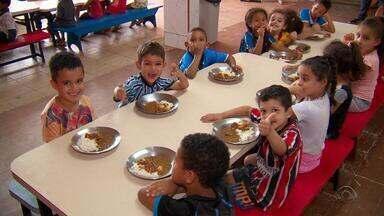 Instituições atendidas pelo Banco de Alimentos mostram trabalho com crianças - Campanha 'Natal do Bem' foi lançada neste sábado (20) no Jornal do Almoço para arrecadar doação de alimentos.