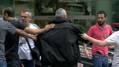 Policiais civis de São Paulo são detidos após troca de tiros com policiais de Minas Gerais - Com o grupo de 11 policiais de São Paulo, que estão sob custódia em Juiz de Fora (MG), foi encontrado um carro, com malas que levavam R$15 milhões em notas falsas.