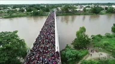 Milhares de imigrantes passam a noite na fronteira da Guatemala com o México - 4 mil imigrantes fazem parte do grupo que foge da violência e do tráfico de drogas, na América Central. Eles querem chegar aos Estados Unidos.