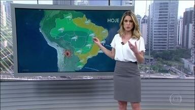 Tempo fica firme no Sudeste e tem risco de temporal no litoral baiano e no Sul - Uma frente fria está passando pela costa do estado gaúcho e vai trazer muita chuva à noite. Uma outra frente fria está provocando o temporal na Bahia. Tem previsão de pancadas de chuva no Norte e no Centro-Oeste.