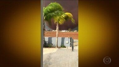Tornado raro de 200 metros de altura provoca estragos no Chipre - Os ventos derrubaram árvores., telhados e linhas de transmissão de energia. A região mais afetada foi a capital Nicósia. O último tornado a atingir o Chipre foi em 20019.