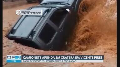 Caminhonete afunda em cratera em Vicente Pires - Casal de idosos foi resgatado pela população. GDF afirma que erosão foi causada por uma rede clandestina de águas pluviais.