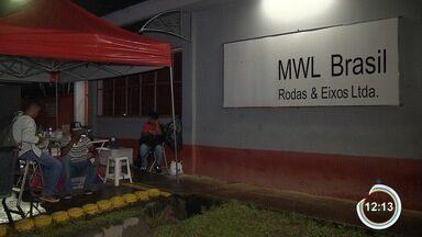 Trabalhadores da MWL mantêm greve - Paralisação é por falta de acordo na campanha salarial.