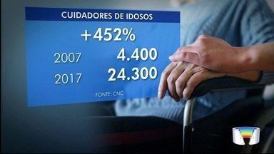 Um dos serviços que tem aumentado é o do cuidador de idosos - É um serviço cada vez mais procurado.