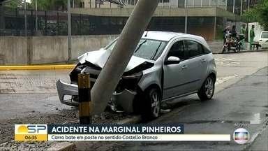 Motorista bate em poste na Marginal Pinheiros, na zona oeste da capital - Acidente provoca um longo congestionamento na marginal. Suspeita é que motorista, que foi socorrido, tenha dormindo no volante