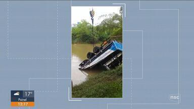 Caminhão cai em rio às margens da BR-470 em Rio do Sul e fica submerso - Caminhão cai em rio às margens da BR-470 em Rio do Sul e fica submerso
