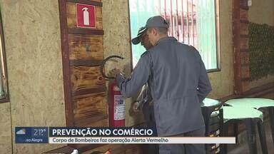 Corpo de Bombeiros faz operação Alerta Vermelho e vistoria estabelecimentos - Em Belo Horizonte, 500 estabelecimentos estão sendo vistoriados. Comerciantes de padarias, lanchonetes e restaurantes são orientados pelos bombeiros quanto a obrigatoriedade dos equipamentos para combate de incêndio e pânico.
