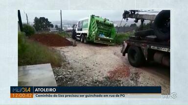 Caminhão de lixo atola em rua de Ponta Grossa - A rua é de terra, mas a situação piorou depois que um caminhão despejou mais terra na via.