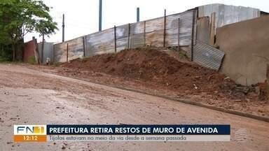 Destroços de desabamento de muro são retirados de avenida - Prefeitura de Presidente Prudente informou que a Secretaria de Planejamento autuou o proprietário do imóvel, no bairro Brasil Novo.