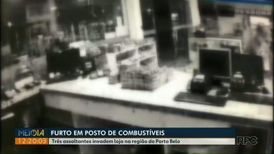 Três assaltantes invadem loja em posto de combustíveis na região do Porto Belo - As câmeras de segurança registraram a ação dos assaltantes.