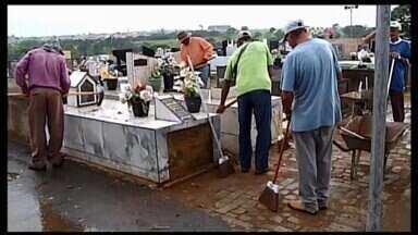 Trabalho de limpeza nos cemitérios começa em Araxá - Na próxima semana, os cemitérios funcionarão em horário estendido em Dia de Finados.