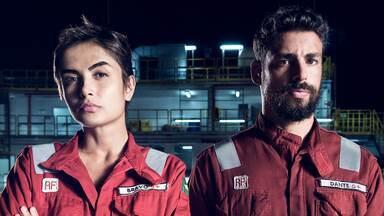 Trailer Ilha de Ferro - 1ª Temporada - A série conta a história de uma equipe de petroleiros que se divide entre os dilemas da vida familiar em terra firme e o clima de ebulição em alto-mar.