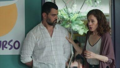 Gabriela revela a Rafael a conversa que teve com Tânia - A professora fica revoltada com a negativa da mãe de Álvaro de levá-lo ao psicólogo