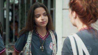 Amanda chega à escola de andador - Flora, Dandara e Úrsula se espantam e tentam disfarçar