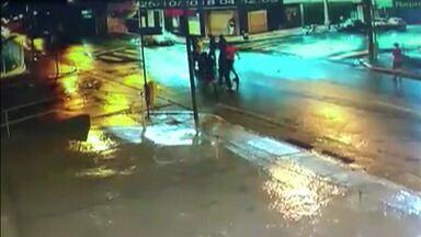 Polícia encontra carro que atropelou quatro jovens em Mogi das Cruzes - O caso aconteceu na madrugada desta quinta-feira.