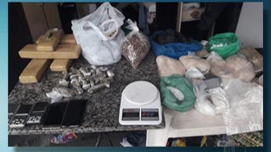 Polícia prende três pessoas sob suspeita de tráfico com droga escondida em casa - No fundo falso de uma residência tinha crack, cocaína e maconha.