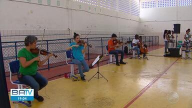 Estudantes de escola pública de Camaçari têm aula especial de música clássica brasileira - Projeto de educação musical já passou por seis estados do país só este ano.