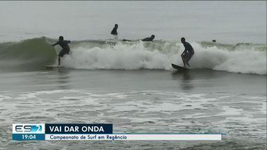 Regência tem campeonato de surf, no Norte do ES - Nem o tempo ruim afastou os participantes.