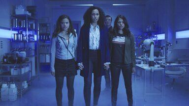 Piloto - Após a trágica morte de sua mãe, Mel e Maggie descobrem que têm uma irmã mais velha e que as três possuem habilidades especiais.