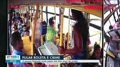 Vários passageiros são flagrados pulando a roleta em Linhares, ES - Vários passageiros são flagrados pulando a roleta em Linhares, ES