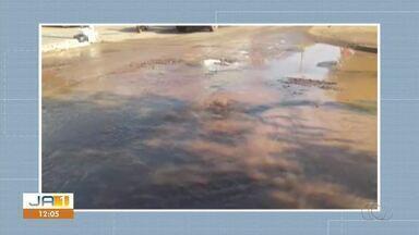 Moradores reclamam de vazamento de água em rua na região sul de Palmas - Moradores reclamam de vazamento de água em rua na região sul de Palmas