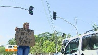 Conheça algumas histórias de venezuelanos que buscam oportunidades de trabalho no AM - Com placas, pedem oportunidade de emprego.