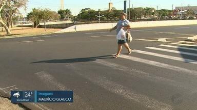 Mesmo com sinalização de trânsito, pedestres reclamam de riscos em Ribeirão Preto - Motoristas desrespeitam faixas e abusam da velocidade em avenidas.