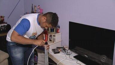 Blitz da TV Digital percorre as ruas de Marília - O sinal analógico de TV vai ser desligado no dia 28 de novembro em diversas cidades do Centro-Oeste Paulista. Em Marília, um trabalho de porta em porta orienta quem tem direito ao kit da TV digital de graça.
