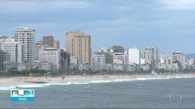 Domingo de eleição pode ter garoa no Rio - Ar úmido e friozinho do mar sopram em direção ao Rio.