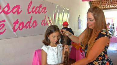 Mulheres que lutam contra o câncer recebem ação especial na 'Casa Rosa' - Durante a ação, uma menina de 10 anos de idade, que veio da Suiça, doou o cabelo que nunca havia cortado antes.