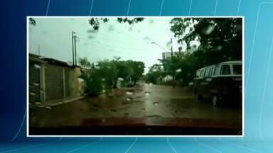 Chuva forte alaga ruas em Governador Valadares - Alguns bairros ficaram sem energia.