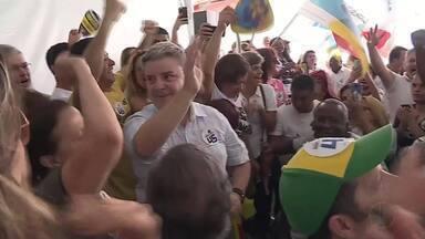 Antonio Anastasia, do PSDB, realizou campanha neste sábado em Belo Horizonte - Candidato foi recebido por amigos, eleitores e apoiadores.