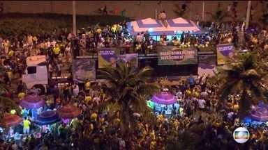 Apoiadores se concentram em frente à casa de Jair Bolsonaro (PSL) no Rio - Com 92,08% das urnas apuradas, o candidato Jair Bolsonaro (PSL) aparece com 55,63% dos votos válidos e Fernando Haddad (PT) com 44,37%.