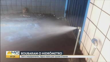 Hidrômetro é roubado e água fica jorrando em Belo Horizonte - Litros foram desperdiçados e a polícia foi acionada. O flagrante foi do repórter cinematográfico Saulo Luiz.