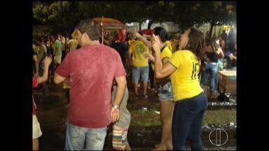Apoiadores de Jair Bolsonaro comemoram vitória do candidato a presidente em Montes Claros - Mesmo com a chuva, eleitores se reuniram na avenida Esteves Rodrigues.
