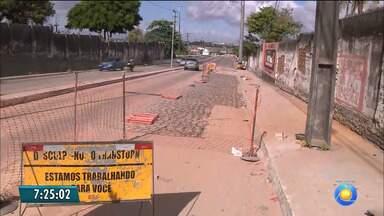 Obra para tapar buraco em rua no Varadouro continua, em João Pessoa - Cratera foi causada por vazamento.