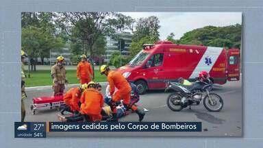 Moto bate na traseira de carro no Eixão Sul - O acidente foi no sentido Rodoviária do Plano Piloto, na 209 Sul. O condutor e a passageira da moto foram para o Hospital de Base em estado estável. O motorista do carro não se machucou.