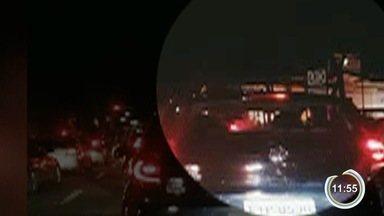 Celular é roubado durante comemoração em São José pela vitória de Bolsonaro - Imagens mostram o momento em que um homem puxa o aparelho das mãos da vítima pela janela do carro em que ela estava. Polícia não recebeu registros sobre o caso.