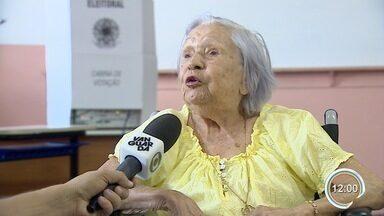 Sem voto obrigatório, idosos com mais de 70 participam das eleições - Reportagem encontrou idosa de 102 anos votando.