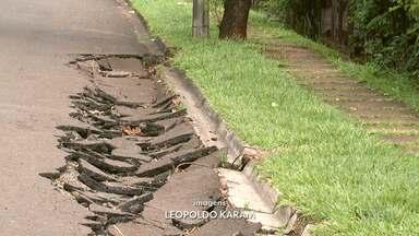 Moradores reclamam das condições do asfaltos depois dos temporais em Londrina - No bairro Parigot de Souza o problema são os bueiros. Já no Jardim Tóquio é uma erosão que preocupa motoristas.
