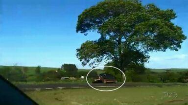Motorista flagrado dirigindo pela contramão causa acidente grave na BR-467 em Cascavel - Com a batida, duas pessoas tiveram ferimentos graves.