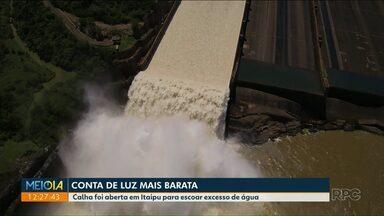 Cheia faz Itaipu abrir vertedouro de usina - Calha foi aberta em Itaipu para escoar excesso de água.